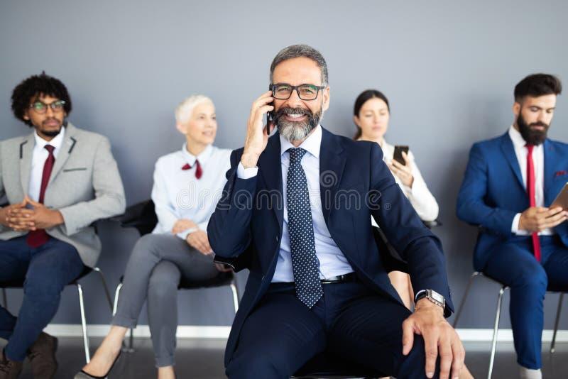 Geschäftsleute, die Unternehmens-Digital-Gerät-Verbindungs-Konzept treffen stockbilder
