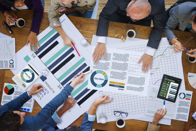 Geschäftsleute, die Unternehmensanalyse-Forschungs-Konzept treffen lizenzfreie stockfotografie