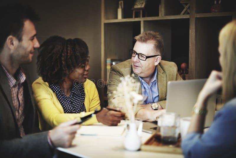 Geschäftsleute, die Unternehmenslaptop-Technologie-Konzept treffen lizenzfreies stockfoto