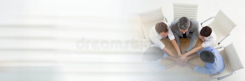 Geschäftsleute, die Verbindungshände einer Sitzung zusammen mit Übergangseffekt haben stockfotos
