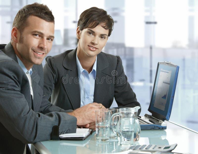 Geschäftsleute, die am Versammlungstisch arbeiten stockfotos