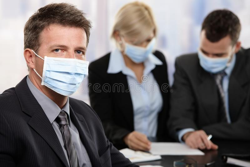 Geschäftsleute, die Virus h1n1 fürchten stockfotos