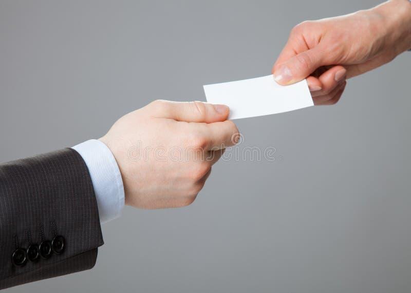 Geschäftsleute, die Visitenkarte austauschen lizenzfreies stockfoto