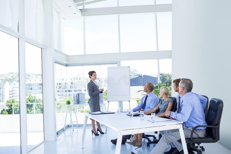 Geschäftsleute, die während der Sitzung hören stockfotos