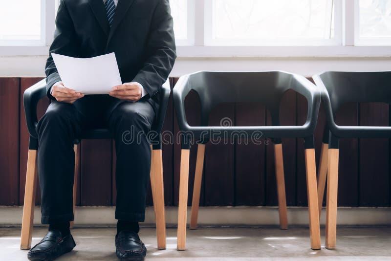 Geschäftsleute, die warten, in Interview genannt zu werden stockfotos