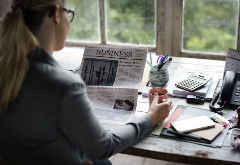 Geschäftsleute, die Zeitung im Büro aktualisiert Nachrichten lesen lizenzfreies stockbild