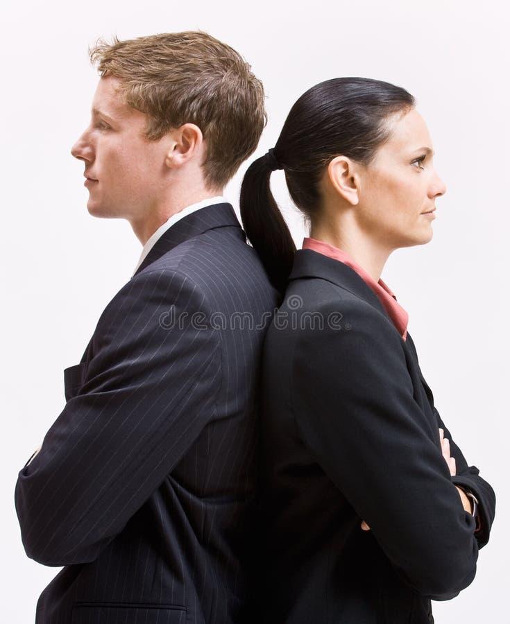 Geschäftsleute, die zurück zu Rückseite stehen stockfotos