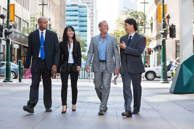 Geschäftsleute, die zusammen auf Straße gehen stockfotografie