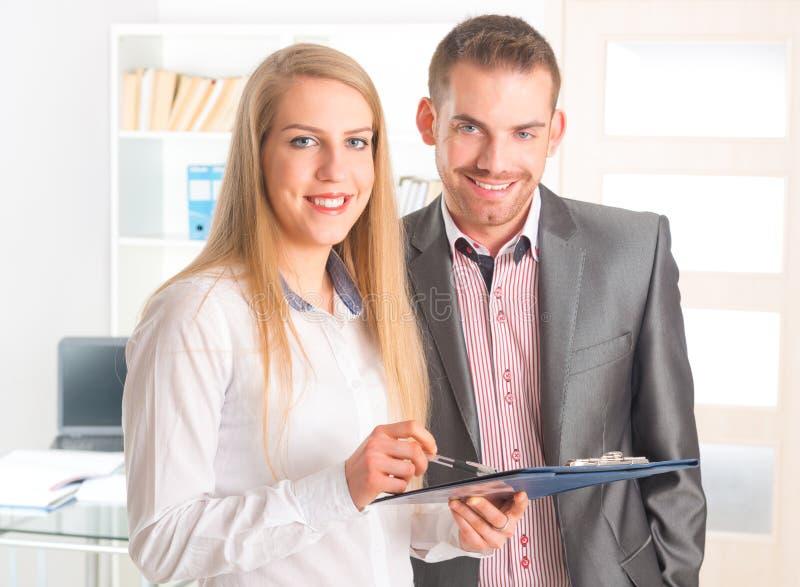 Geschäftsleute, die zusammen ein Dokument lesen stockbilder