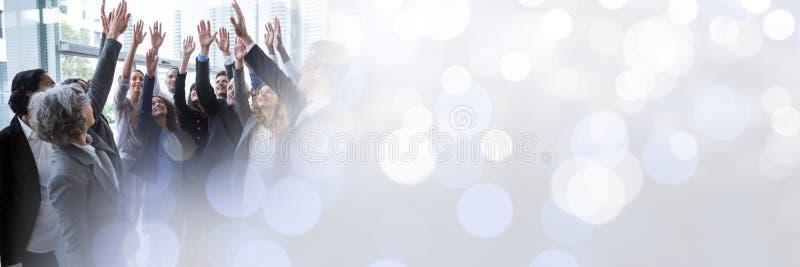 Geschäftsleute, die zusammen mit den Händen in einer Luft und im Übergangssonnenlicht feiern stockbilder