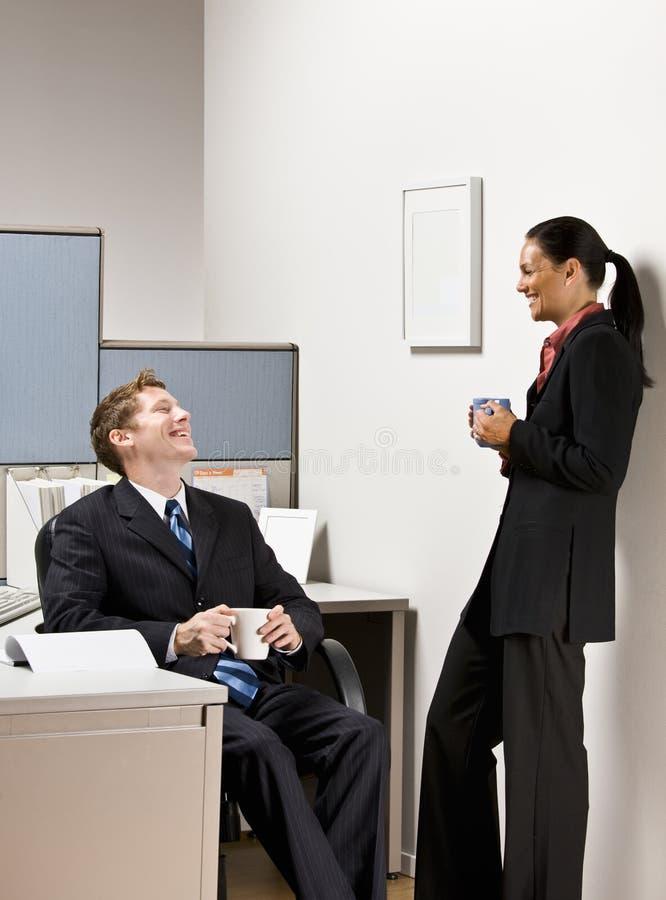 Geschäftsleute, die zusammen sprechen stockfotos