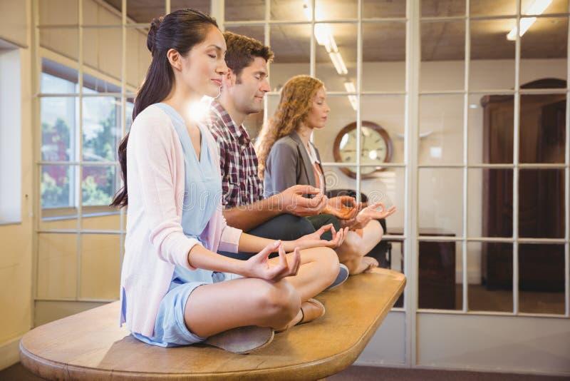 Geschäftsleute, die zusammen Yoga tun lizenzfreie stockfotografie