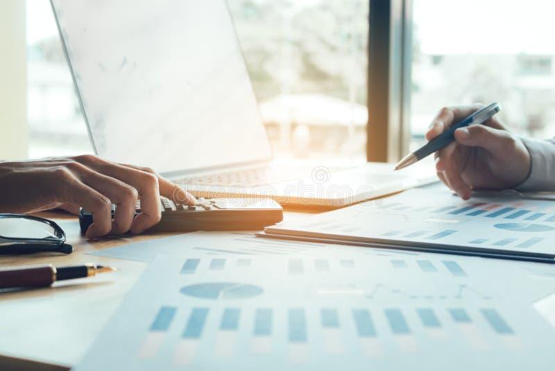 Geschäftsleute, die zusammenarbeiten und cha des zusammenfassenden Berichtes der Analyse stockfotografie