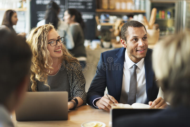 Geschäftsleute Diskussions-Ideen, diekonzept treffen lizenzfreie stockfotos