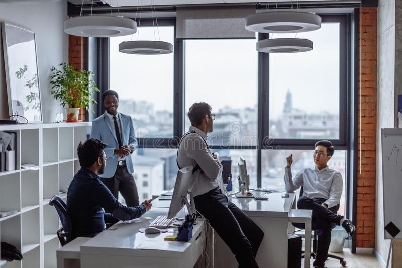 Geschäftsleute in einem Büro des offenen Raumes mit einem panoramischen Fenster, reine Spekulation lizenzfreies stockbild