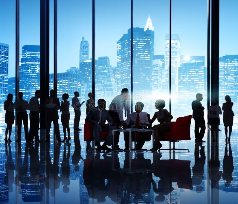Geschäftsleute in einem Bürogebäude lizenzfreies stockbild