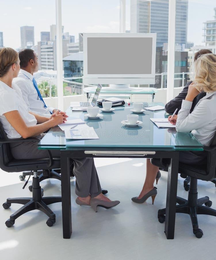 Geschäftsleute erfasst für eine Videokonferenz stockbilder