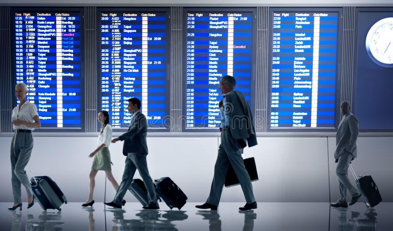 Geschäftsleute Flughafenabfertigungsgebäude-Reise-Abfahrt-Konzept- lizenzfreies stockfoto