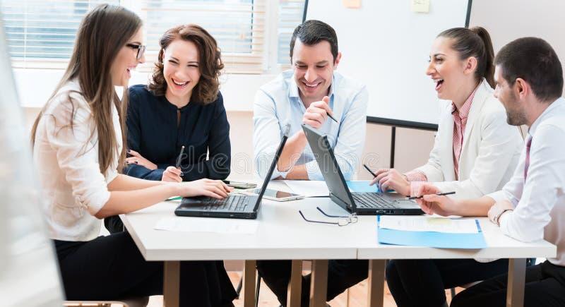 Geschäftsleute, Frauen und Männer, Verhandlungsvereinbarung stockfoto
