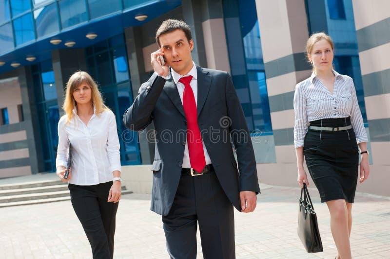 Geschäftsleute gehende i- lizenzfreie stockfotografie