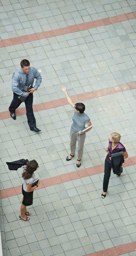 Geschäftsleute gehende obenliegende Ansicht stockbilder
