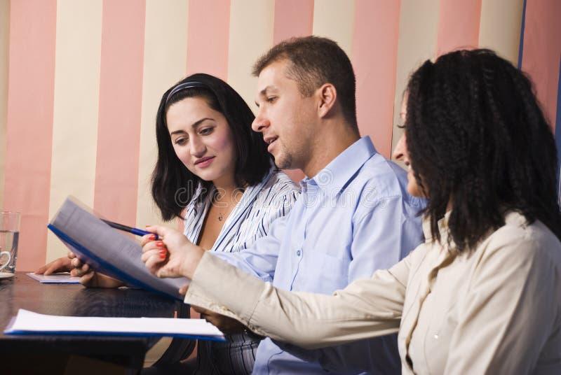 Geschäftsleute Gespräch im Büro lizenzfreie stockbilder