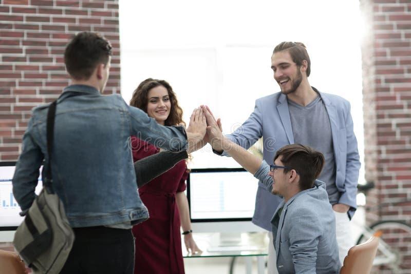 Geschäftsleute glückliche darstellende Teamarbeit und Geben fünf lizenzfreies stockfoto