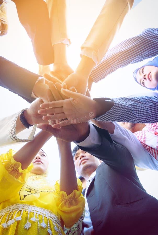 Geschäftsleute Hände auf einander als Symbol ihrer Partnerschaft lizenzfreies stockbild