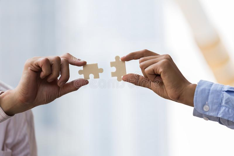 Geschäftsleute Hände, die Puzzlespiel anschließen Geschäftsteamwork lizenzfreies stockbild