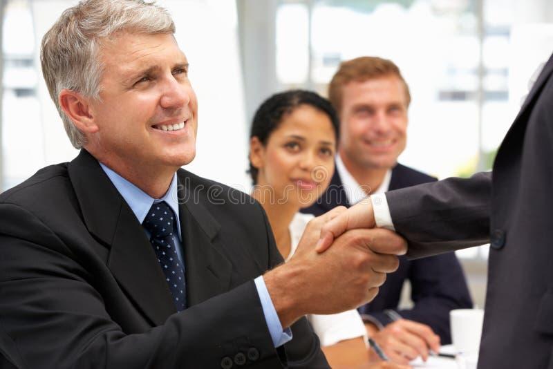 Geschäftsleute Händedruck lizenzfreie stockfotos