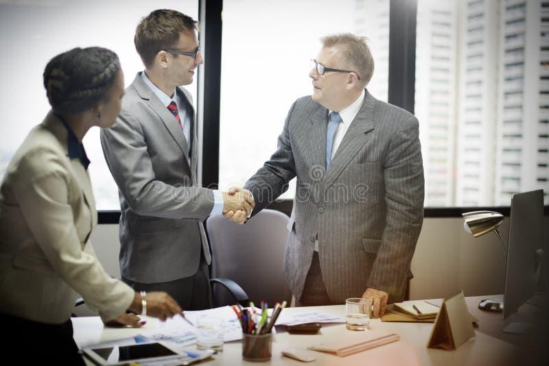 Geschäftsleute Händedruck-Gruß-Abkommen-Konzept- stockbild