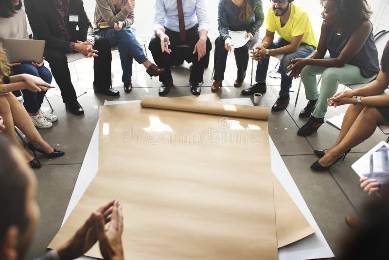 Geschäftsleute haben eine Diskussion stockfotos