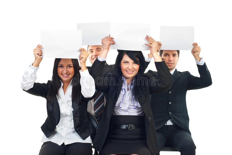 Geschäftsleute heben unbelegte Papiere an lizenzfreie stockbilder