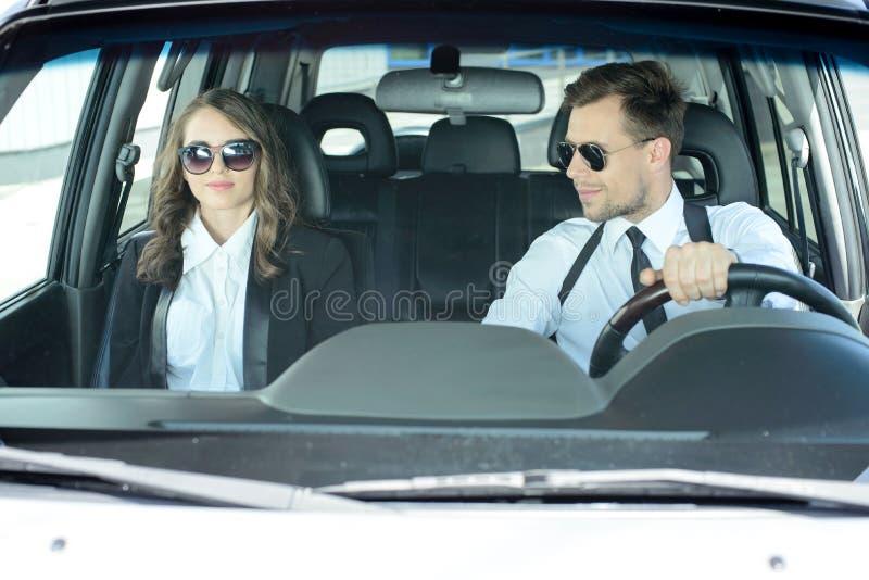 Geschäftsleute im Auto stockbild