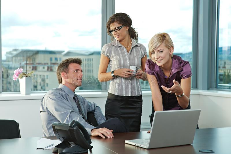 Geschäftsleute im Büro lizenzfreies stockfoto