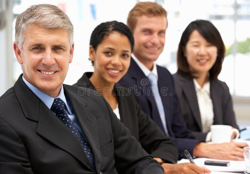 Geschäftsleute im Büro stockfotografie