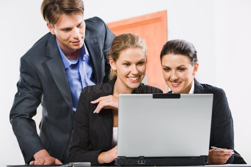 Geschäftsleute im Büro stockfoto