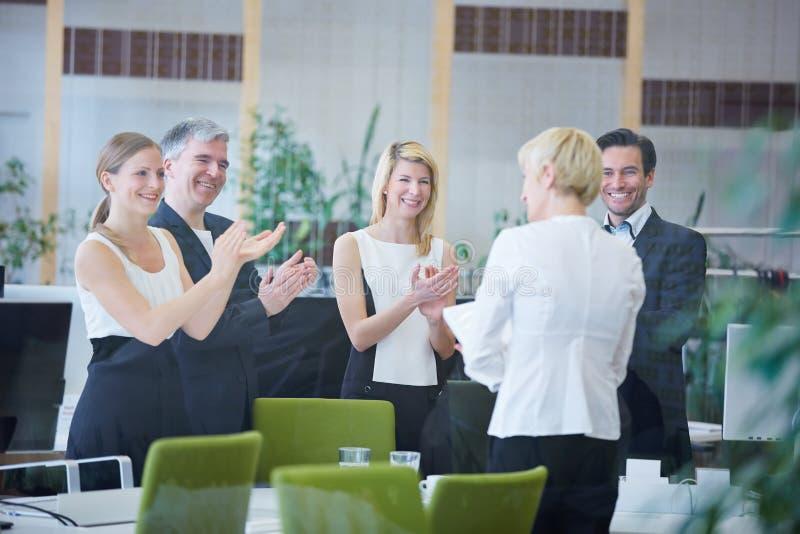 Geschäftsleute im Büro, das Applaus gibt lizenzfreie stockfotografie