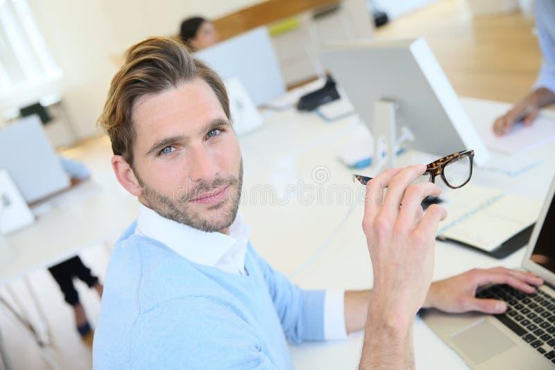 Geschäftsleute im Büro, das an Computer arbeitet stockfotos
