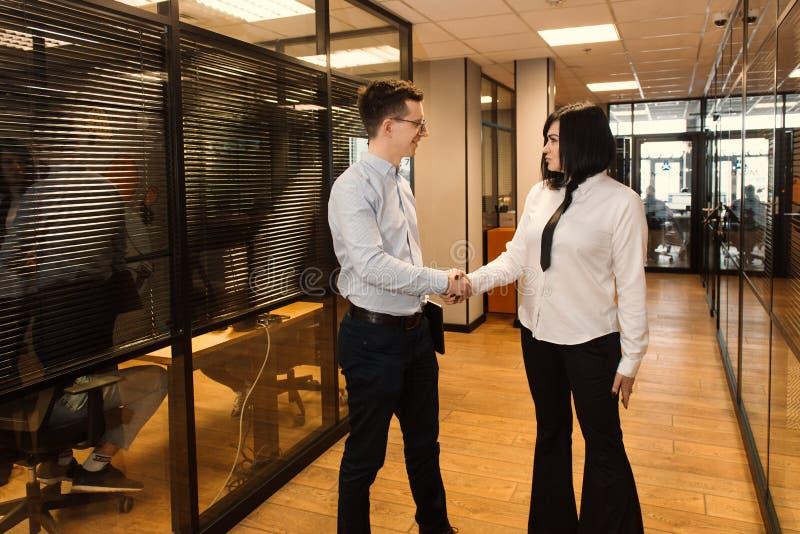 Geschäftsleute im Büro, das geht, im modernen Büro zu arbeiten stockfoto