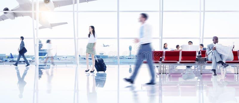 Geschäftsleute im Flughafen stockbilder