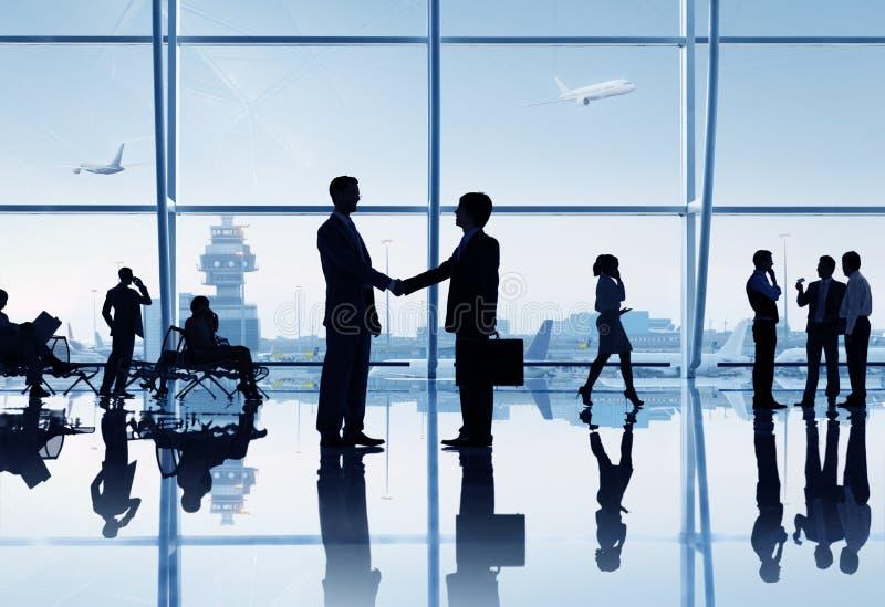 Geschäftsleute im Flughafen stockbild