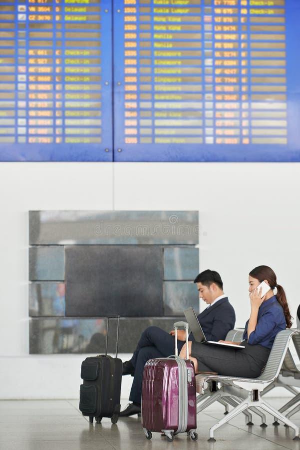 Geschäftsleute im Flughafen stockfoto