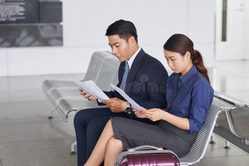 Geschäftsleute im Flughafen-Wartebereich lizenzfreie stockfotografie
