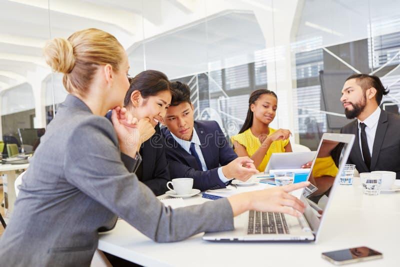 Geschäftsleute im Fortbildungsseminar lizenzfreies stockfoto
