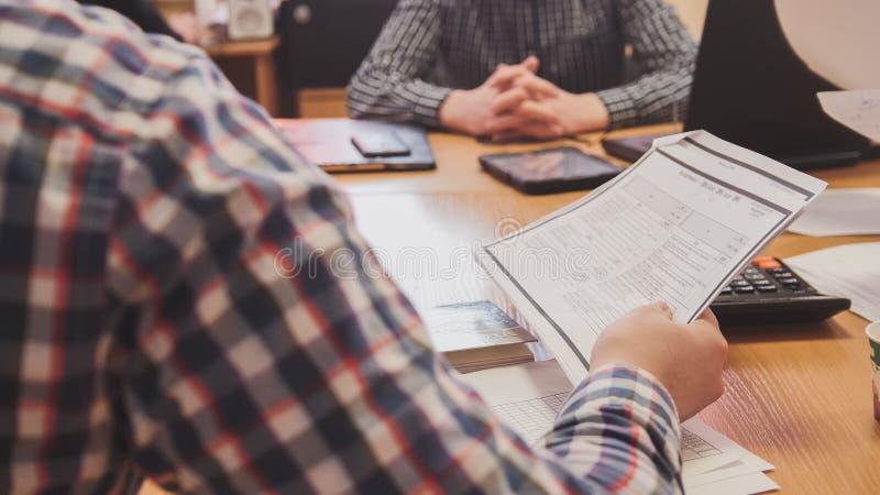 Geschäftsleute im Konferenzzimmer Finanzbericht unter Verwendung der Daten und des Geräts besprechend lizenzfreie stockfotos