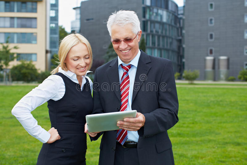 Geschäftsleute im Park mit Tablette lizenzfreie stockfotos