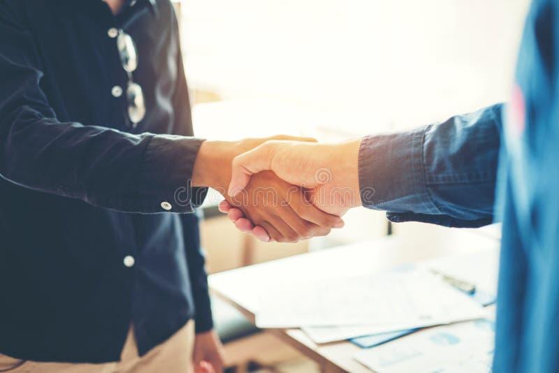 Geschäftsleute Kollegen, welche die Hände treffen Planungsstrate rütteln stockfoto