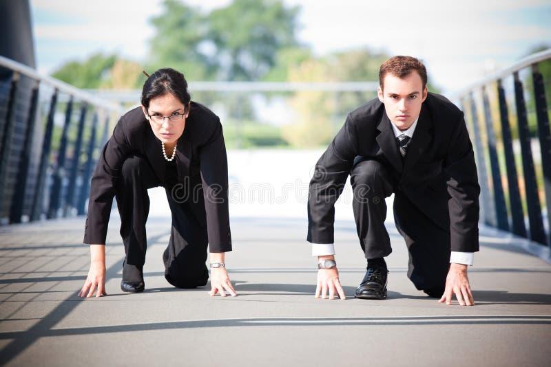 Geschäftsleute in Konkurrenz stockbild