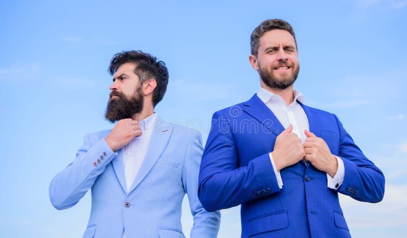 Geschäftsleute Konzept Wohler gepflegter Auftritt verbessert Geschäftsansehenunternehmer Geschäftsleute stehen blauen Himmel stockfotografie